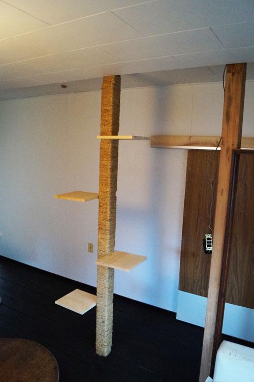 猫を飼っているため、柱を利用してキャットタワーをつくりました。つまり、ペット可物件です