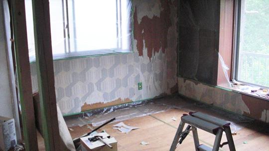 減量途中のリビングルーム。左側の柱のところは、元は扉と壁がありました