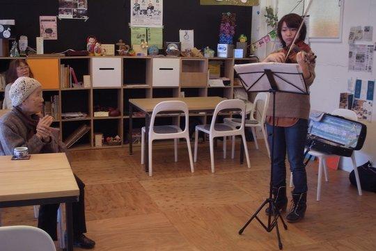 """""""下手なバイオリンを弾く""""の引き出し会の様子。左側で耳を傾けるのがつくしさん。"""